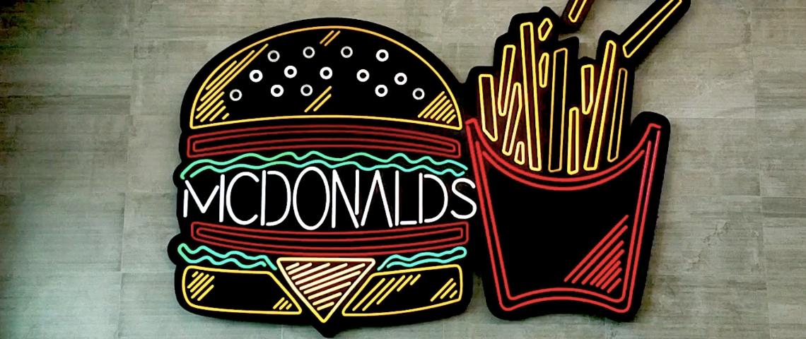 Des neons en forme de burger et frites