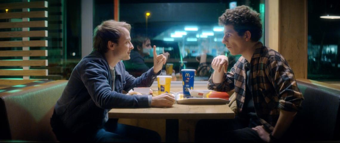 Deux hommes dans un McDonald's
