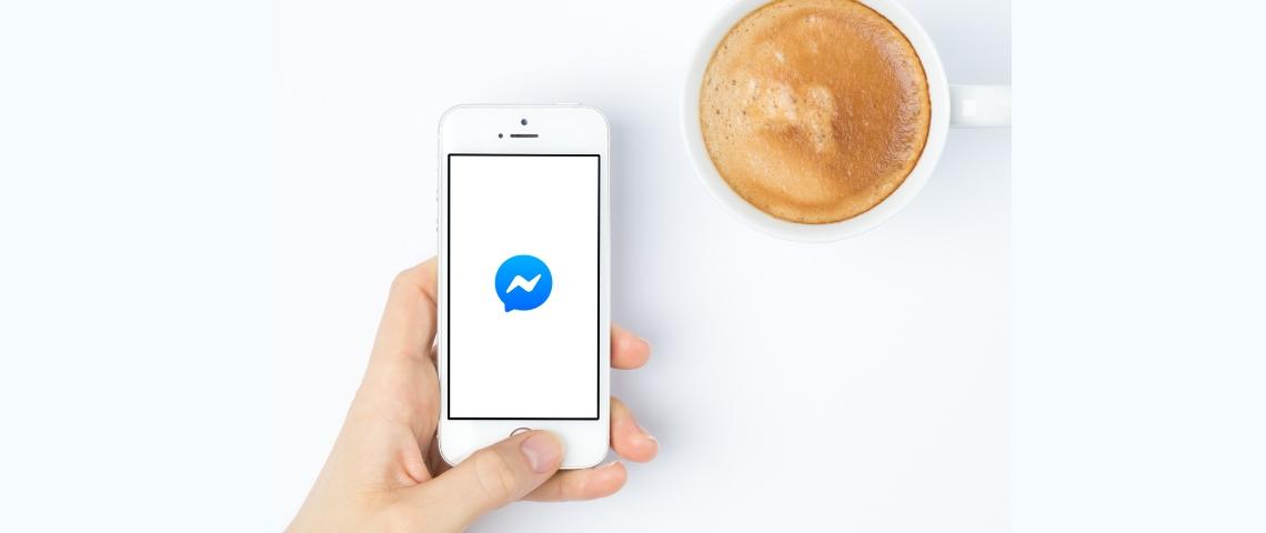 Une smartphone avec le logo messenger