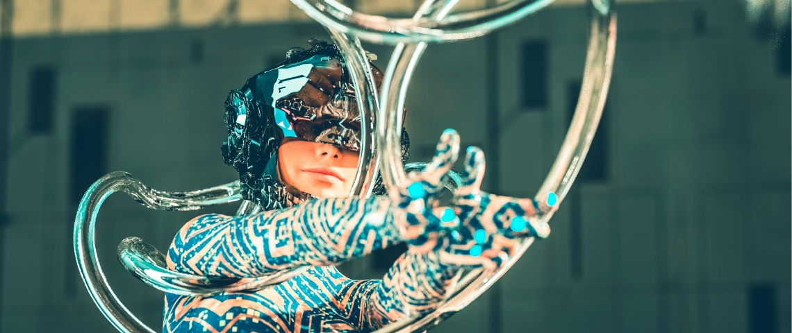 Une cyborg danse au milieu d'une ville