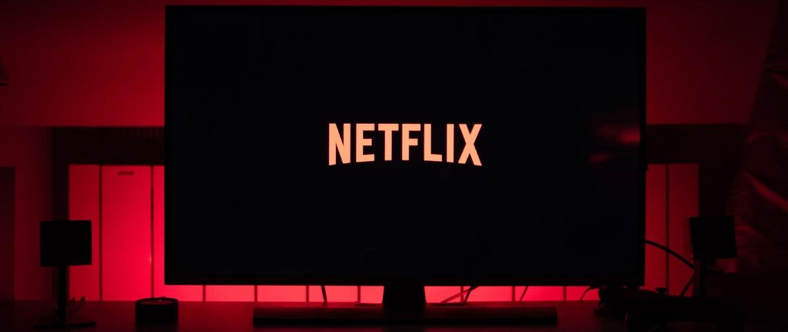 Une télévision noire avec le logo Netflix
