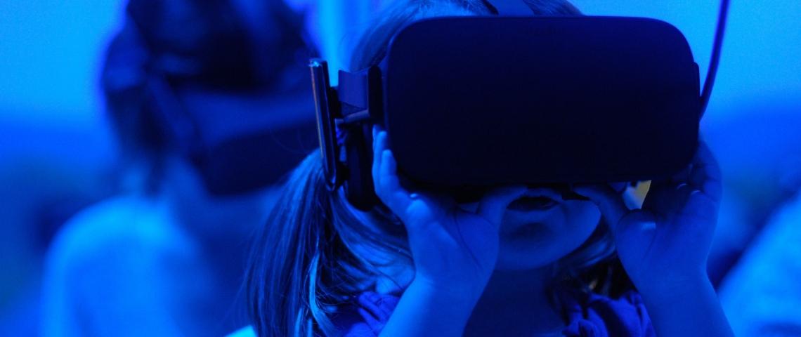 Une petite fille avec un casque de réalité virtuelle