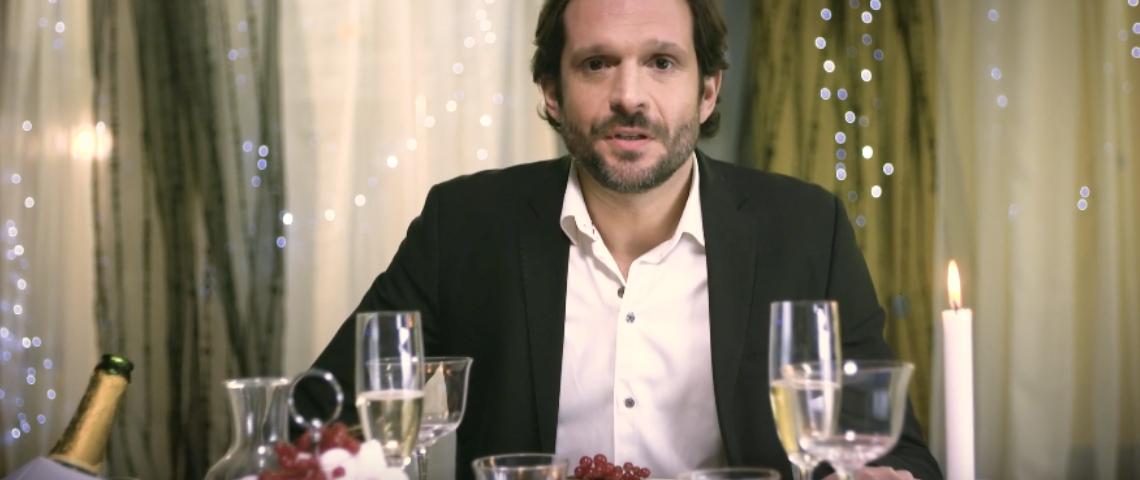 Un homme à un diner aux chandelles
