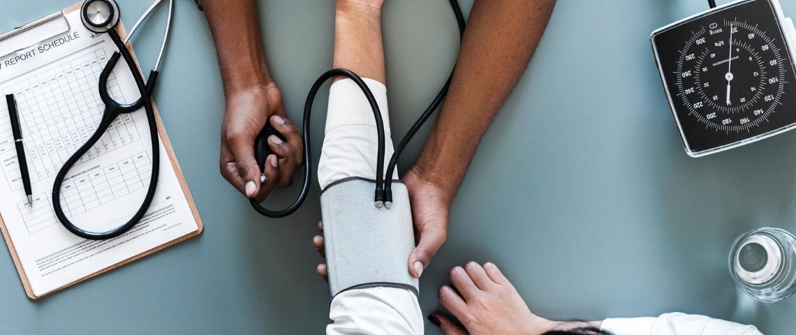 un médecin qui prend la tension de son patient