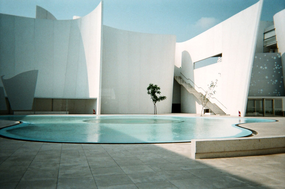 photo d'architecture avec batiment et piscine