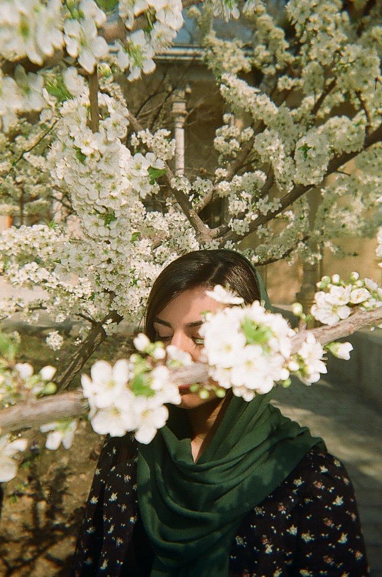 photo d'une femme derrière des fleurs