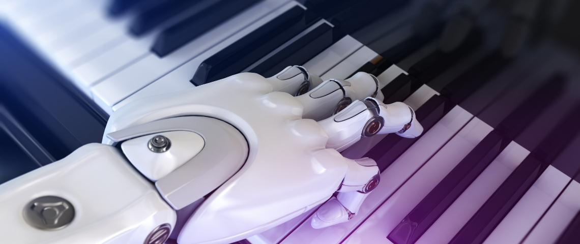 une main robotique sur des touches de piano