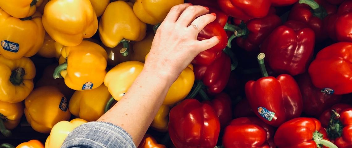 Une main qui attrape des poivrons