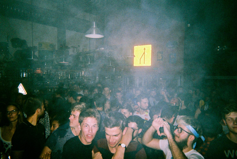 une soirée dans un bar plein