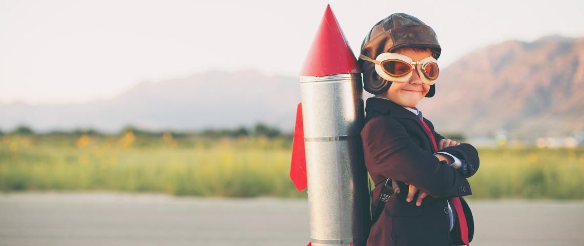 Un enfant avec une fusée en carton