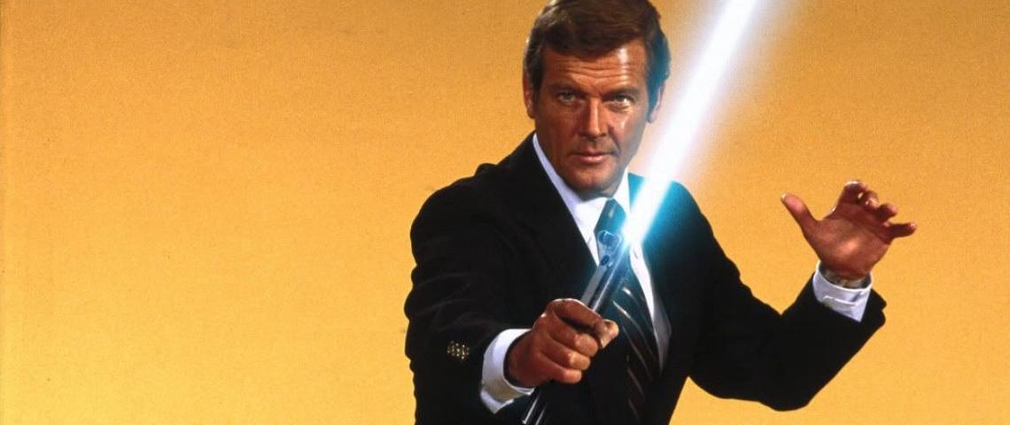 James Bond (Roger Moore) avec un sabre laser dans les mains