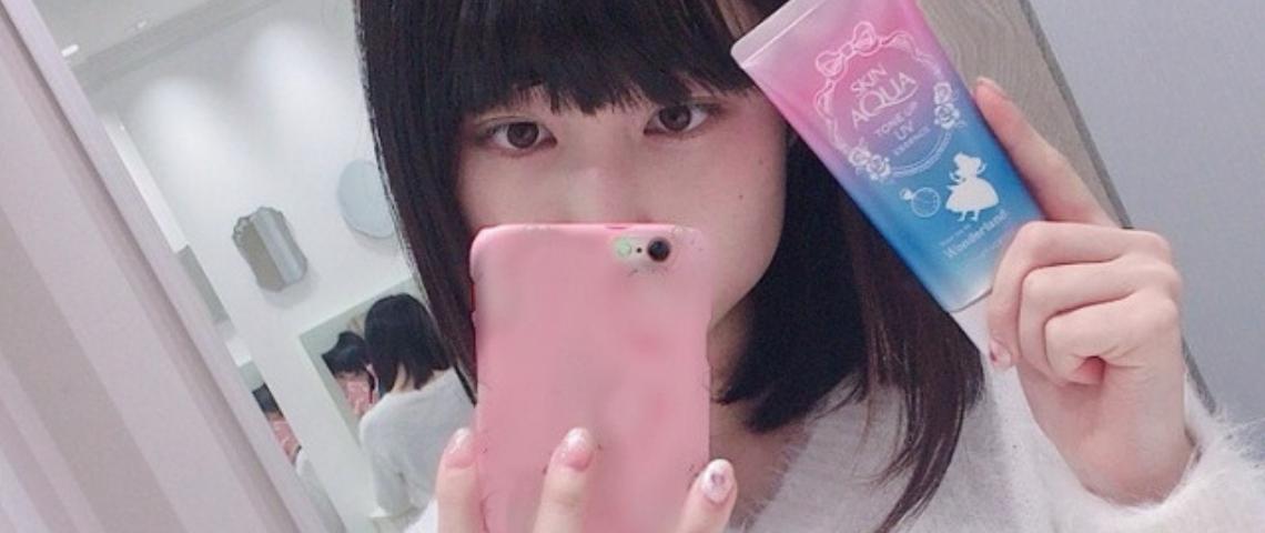 Une femme japonaise qui prend un selfie