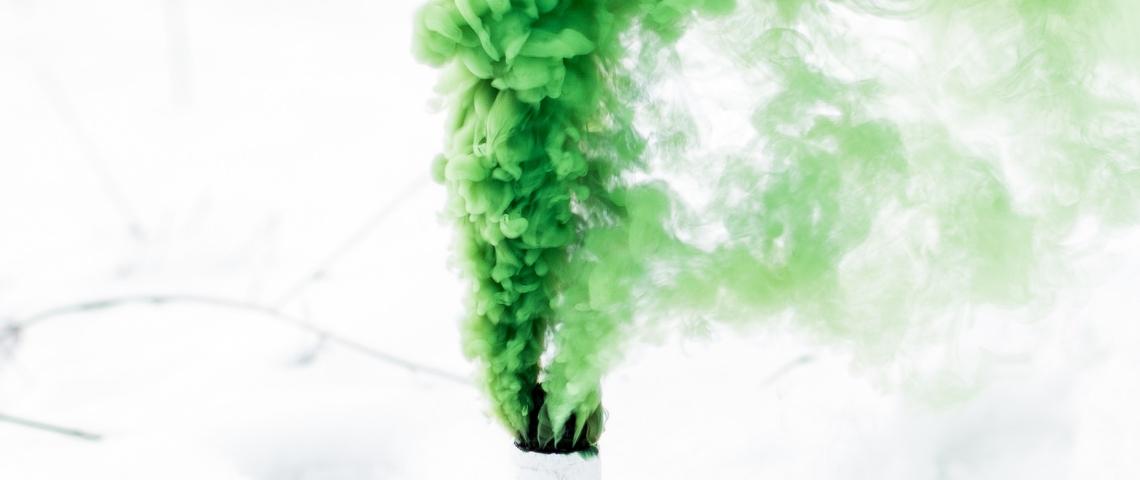 Fumée verte sortant d'un fumigène