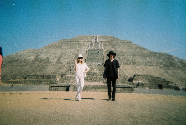 deux personnes devant une pyramide en amérique du sud