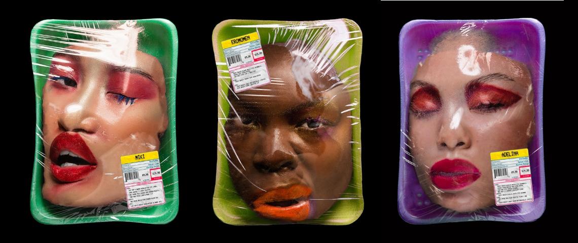 des visages de femmes déformés sous cellophane