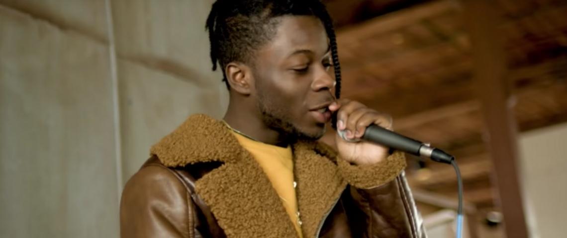 Un homme qui chant avec un mirco