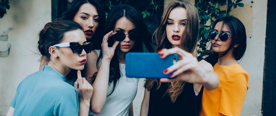 Des femmes en train de prendre un selfie