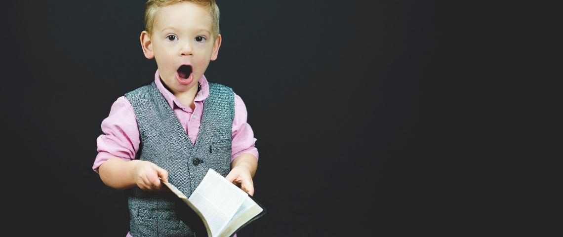 un enfant surpris