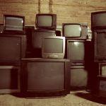 vieilles télévisions entassées