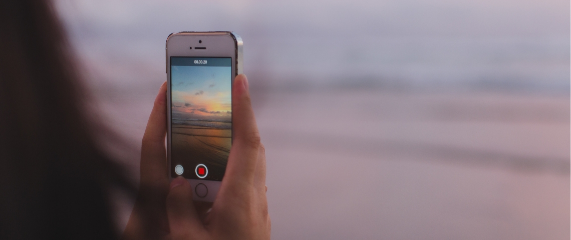 Une femme prend en vidéo l'horizon