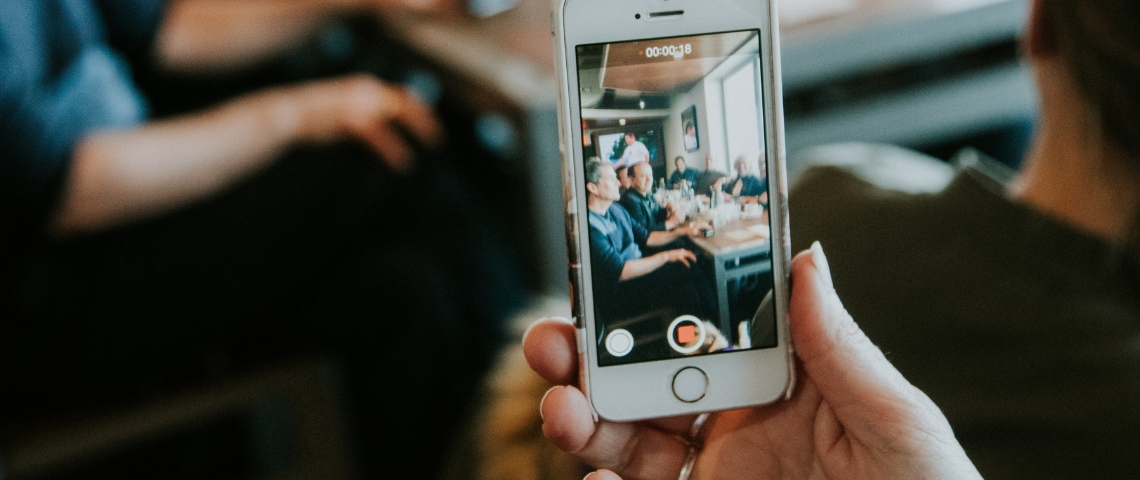 Un iPhone en train de filmer