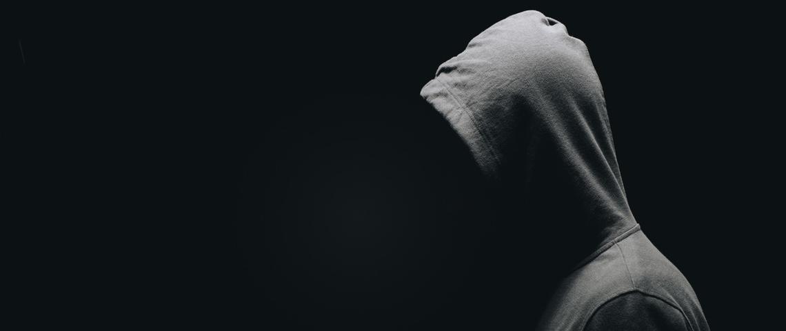 Homme à capuche grise sur fond noir