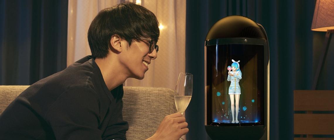 un homme japonais trinque avec un holograme