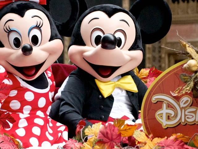 Minnie et Mickey sur un char à Disneyland Paris