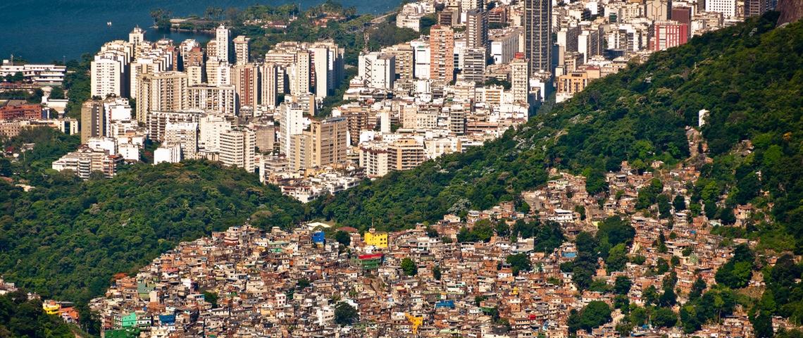 Vue aérienne de Rio de Janeiro. Les buildings et les bidonvilles sont séparés par la forêt.