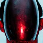 Un homme avec un masque noir et une lumière rouge sur la tête