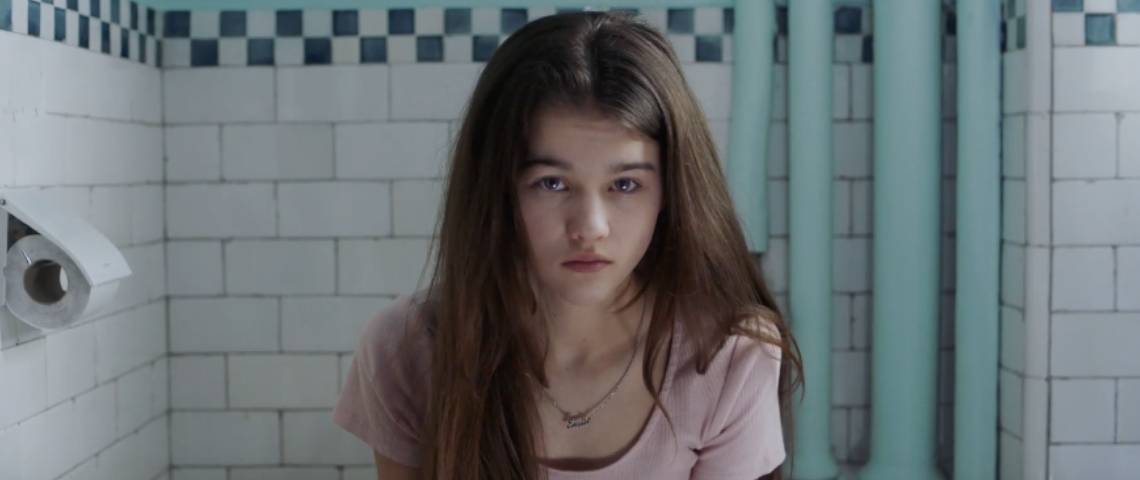 Une fille aux toilettes