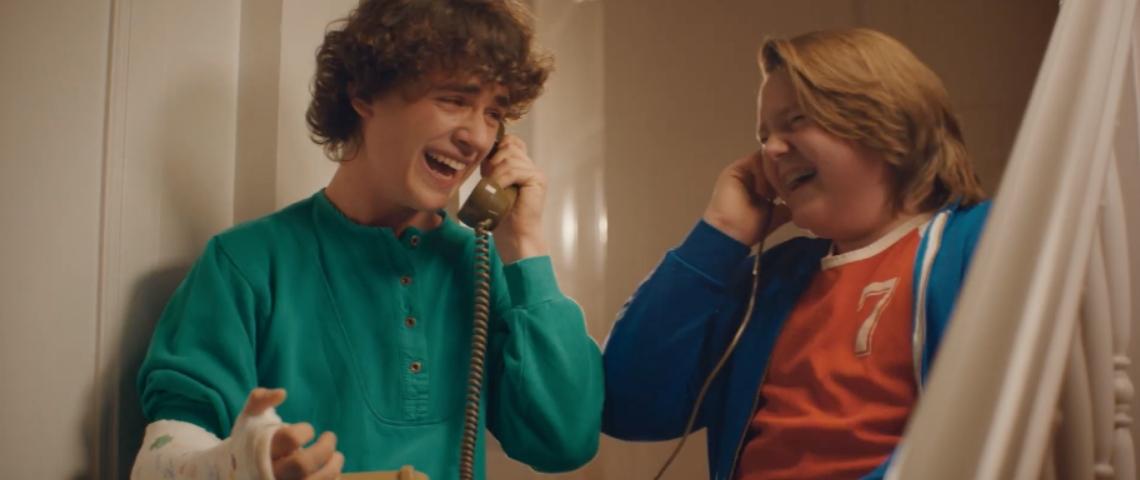 Deux adolescents avec des téléphones filaires