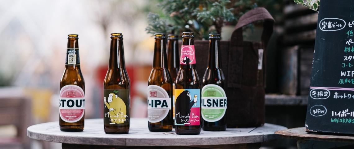 Des bouteilles de bière sur une table