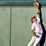 Un joueur de baseball qui essaie d'attraper une balle