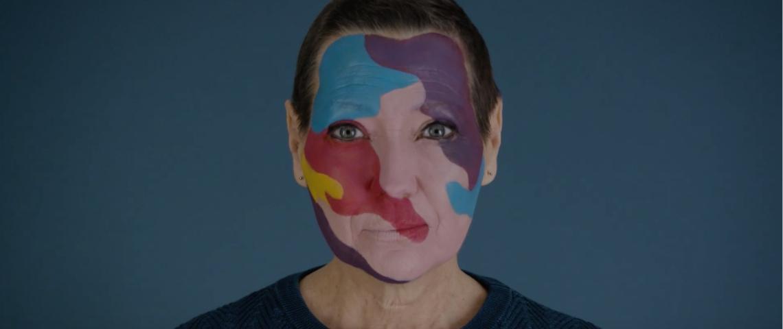 Une femme avec un maquillage coloré sur le visage