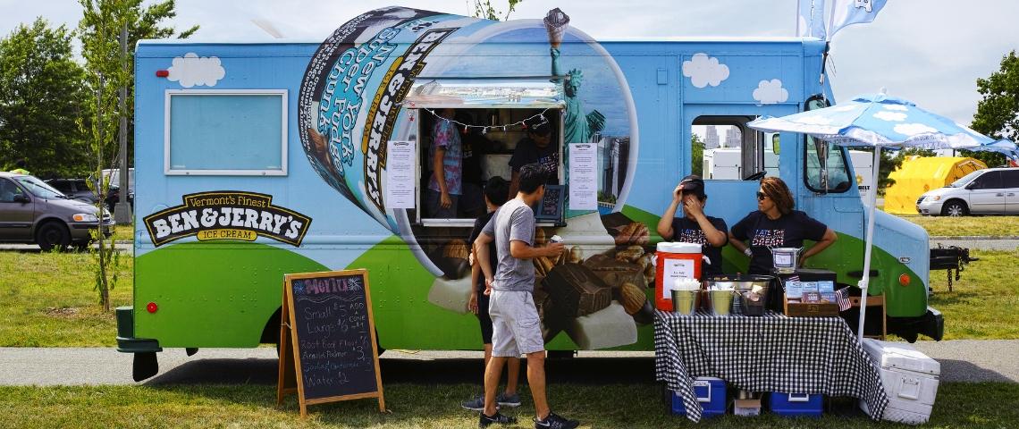 Un camion de glaces ben & jerry's