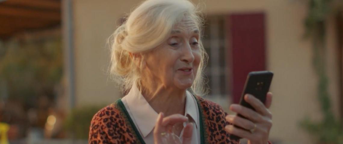 Une grand-mère qui parle à son smartphone