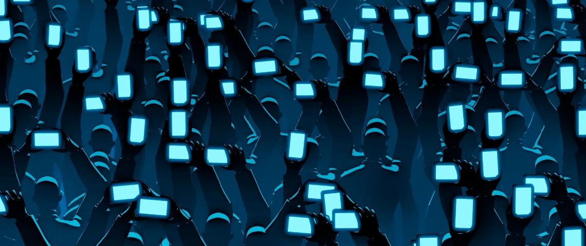Foule de personnes avec smartphones