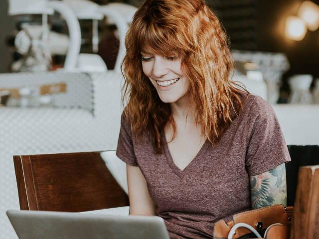 Une femme rousse qui travaille dans un café