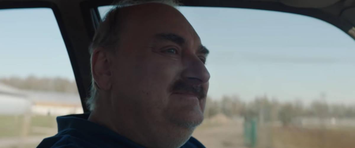 Un homme qui conduit une voiture
