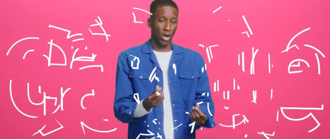 Un homme noir avec une chemise bleue qui danse