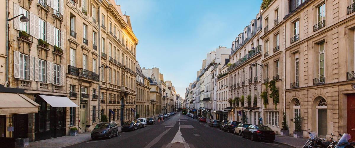 Une avenue parisienne vide