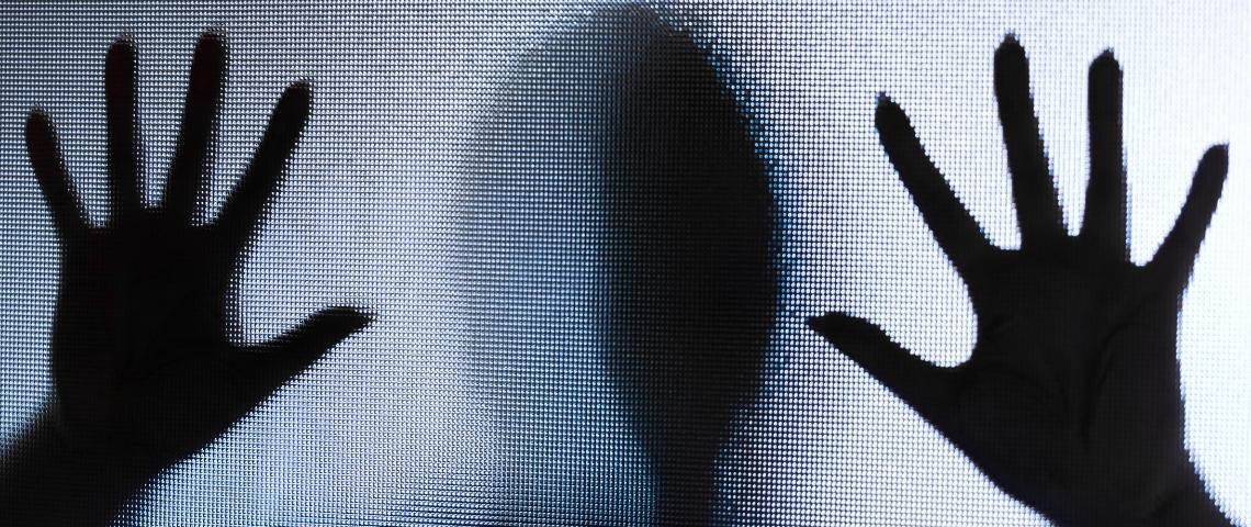mains d'une femme sur une vitre