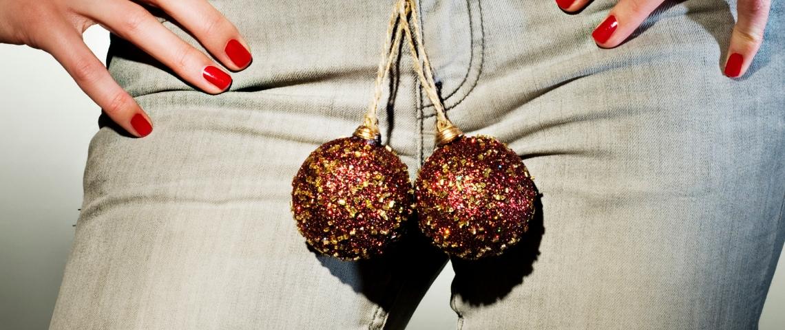 Une femme arborant une paire de boules de Noël