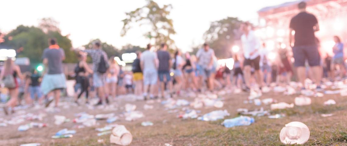 un festival avec des déchets par terre