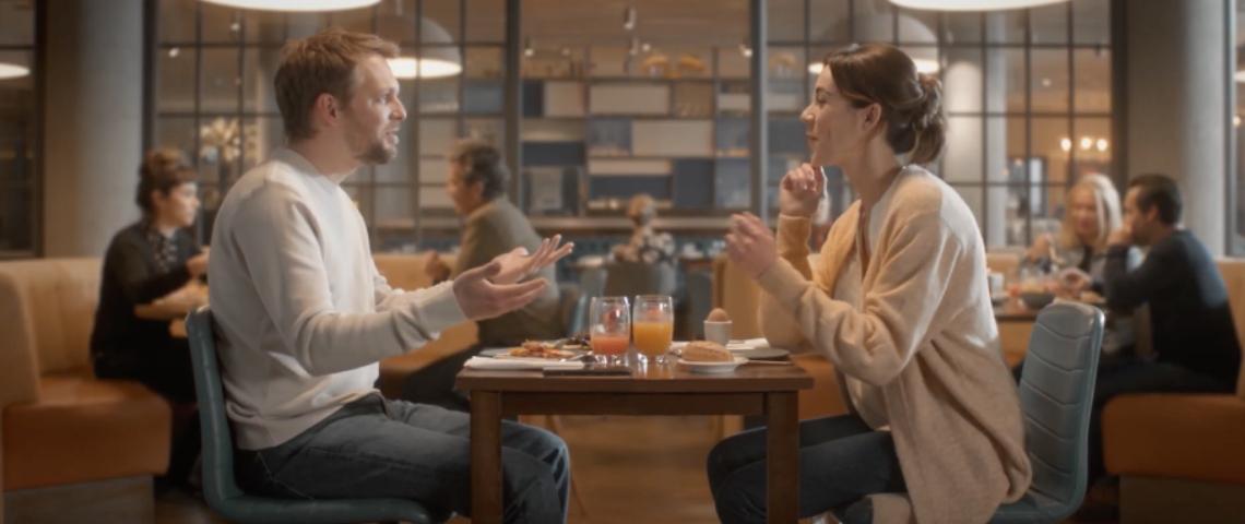 Un homme et une femme au restaurant