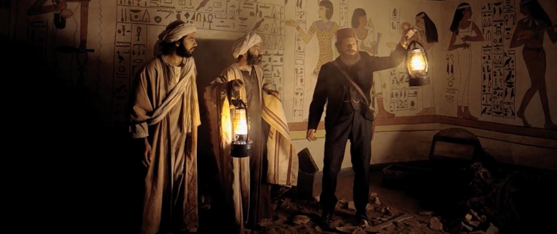 Trois hommes dans une pyramide égyptienne