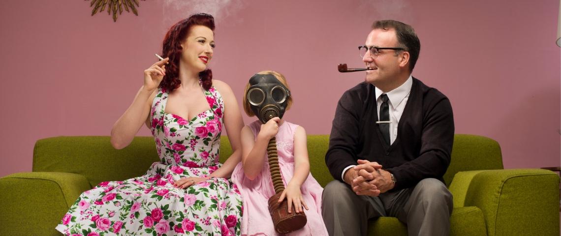 Une petite fille en masque à oxygène pour résister au tabagisme passif