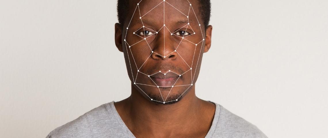 un homme noir avec le visage numérisé
