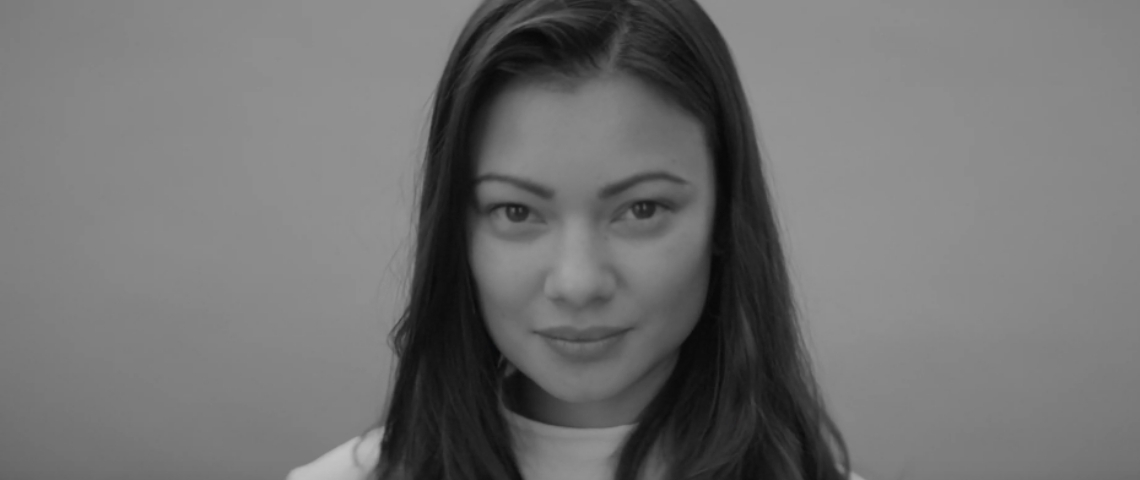 Une femme en noir et blanc